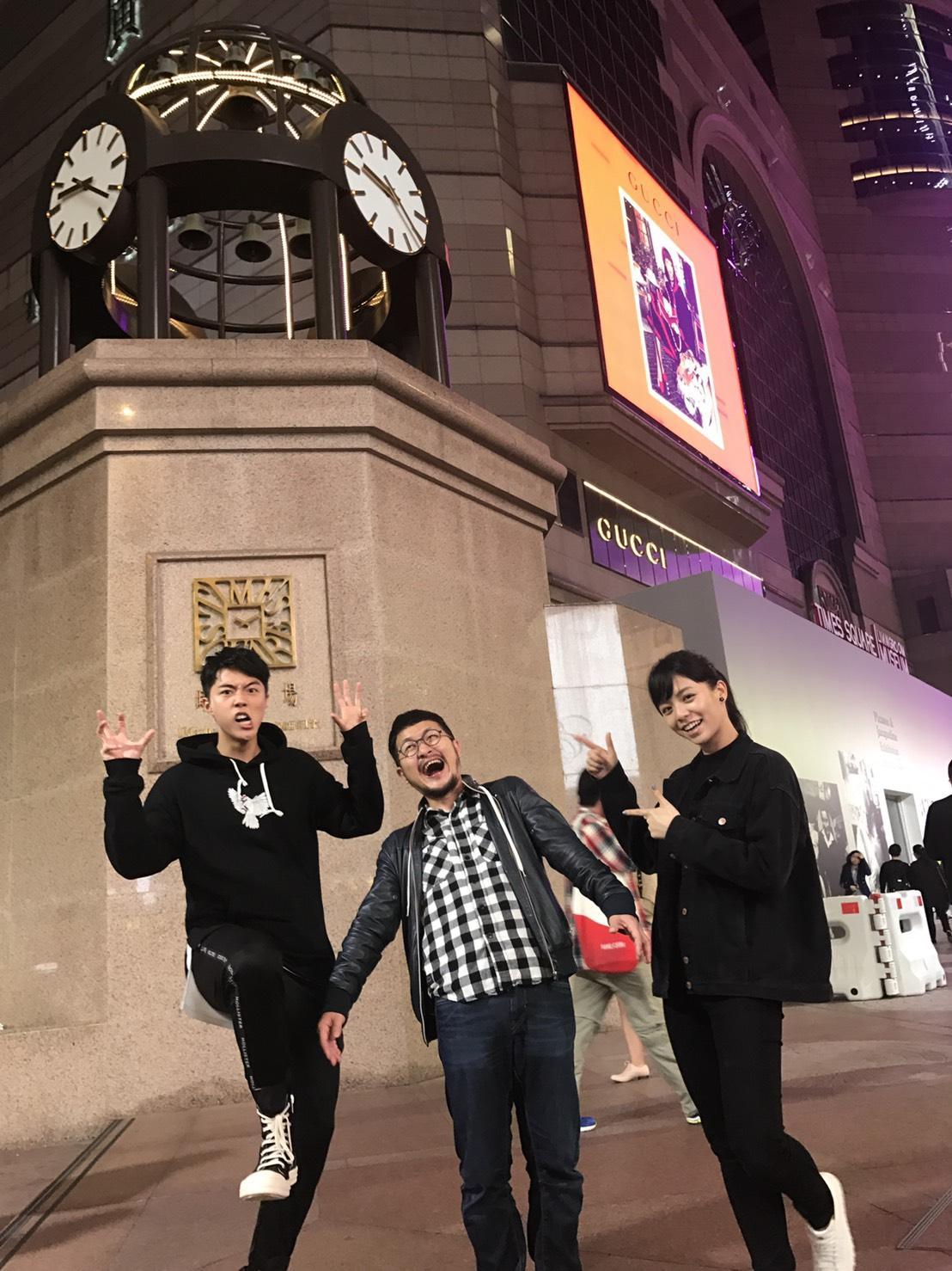 白爛的九把刀,在香港街頭跟新戲男主角蔡凡熙、宋芸樺耍白痴。