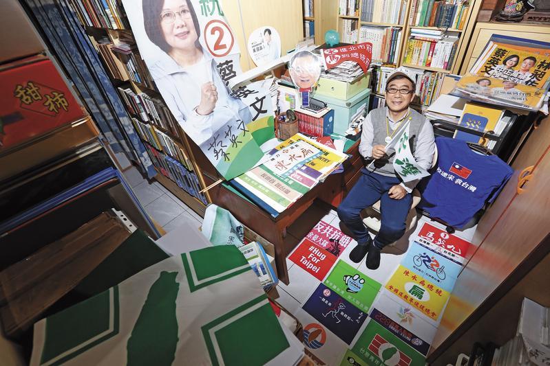 高橋正己收集許多台灣才有的物品,但唯有成箱收集的選舉旗幟,他說沒見過其他藏家。