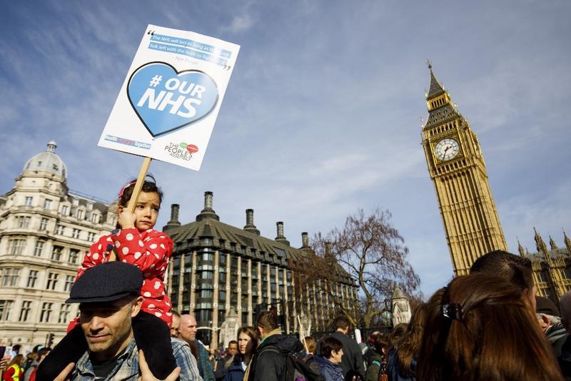 英國NHS健保制度頗受好評,月初因為預算遭刪減引發民眾赴國會抗議。