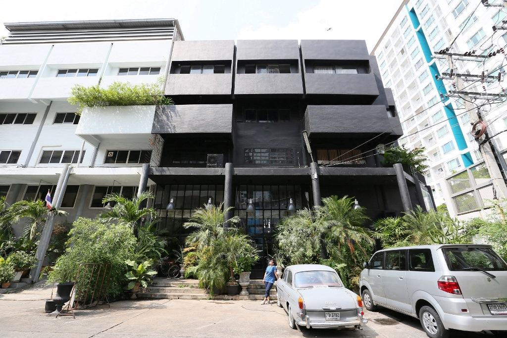 外觀三層樓的純黑色建築,外頭看不出個所以然來。