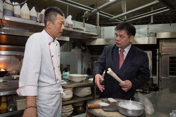 臻愛婚宴會館董事長林志成說,第一份工作教會他不當眾罵員工和菜色要固定sop兩件事。