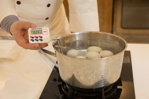 連煮溫泉蛋,林志成都堅持要用溫度計和計時器,來精準抓住蛋的最佳風味。