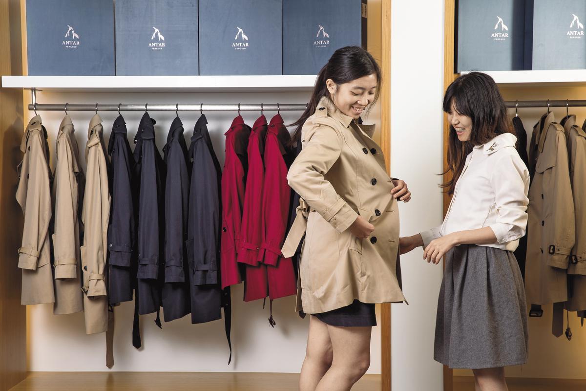 由前Burberry英國設計師設計的兩件式羽絨風衣,使用合隆羽絨,讓羽絨外套變時尚。