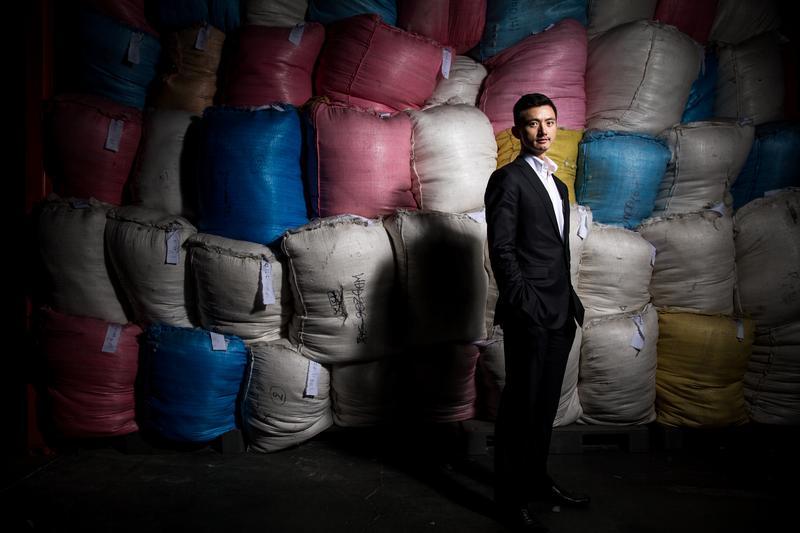 36歲的陳彥誠是創立百年的合隆毛廠第5代接班人,要用2年征服世界4大極地超級馬拉松的毅力,為家族跑出新路。(後為合隆毛廠裝袋準備出口的羽絨半成品)