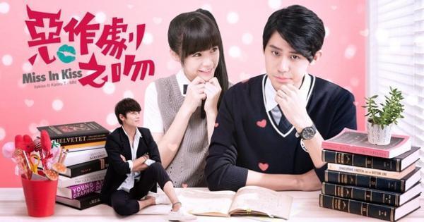 《惡作劇之吻》2016推出新版,由李玉璽(右)和吳心緹(中)主演,讓許多觀眾再度溫習過去的《惡吻》。(Line TV提供)