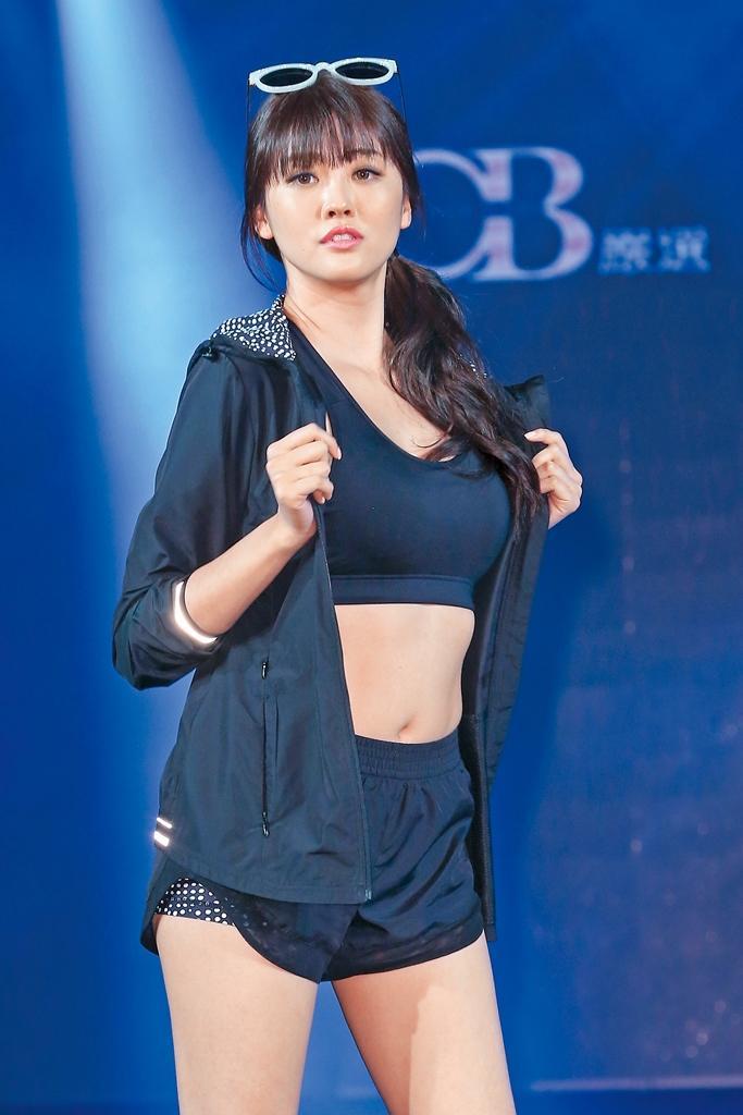 賴琳恩展胸露背,好身材在台上充分展現。