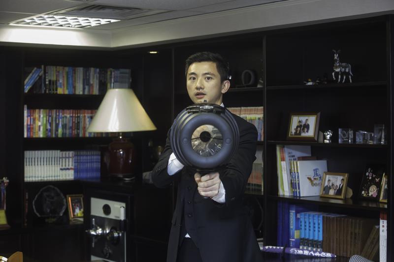 7年級生的合隆董事長陳彥誠,力圖擺脫傳統產業,給人高壓、家族統治的印象,辦公室內處處藏著玩具。
