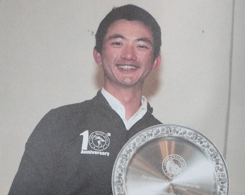 陳彥誠將個人輸贏置之度外,讓他獲得2014年撒哈拉超馬賽的運動家精神獎。(翻攝自《擊敗心中要你放棄的聲音》4Deserts提供)