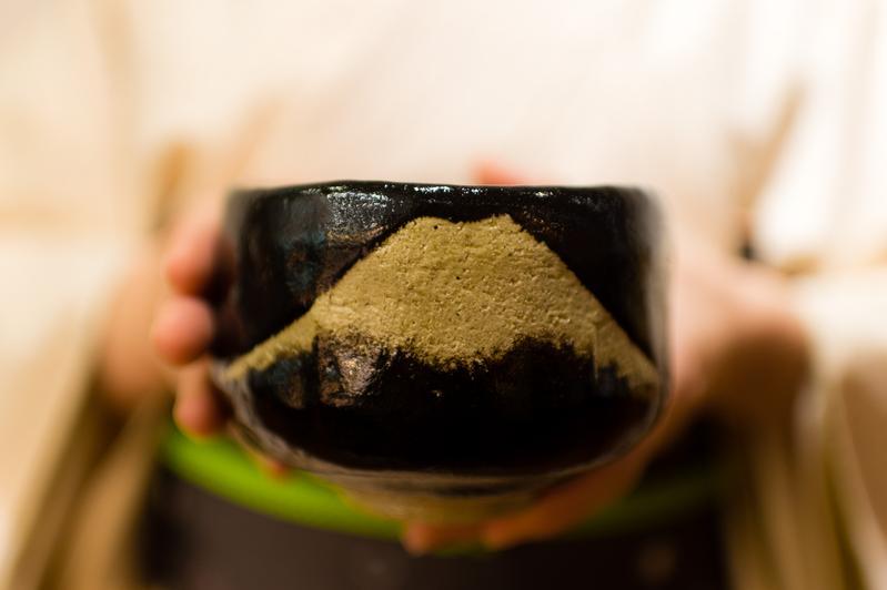 黑色樂燒茶碗上的富士山,象徵日本的精神。