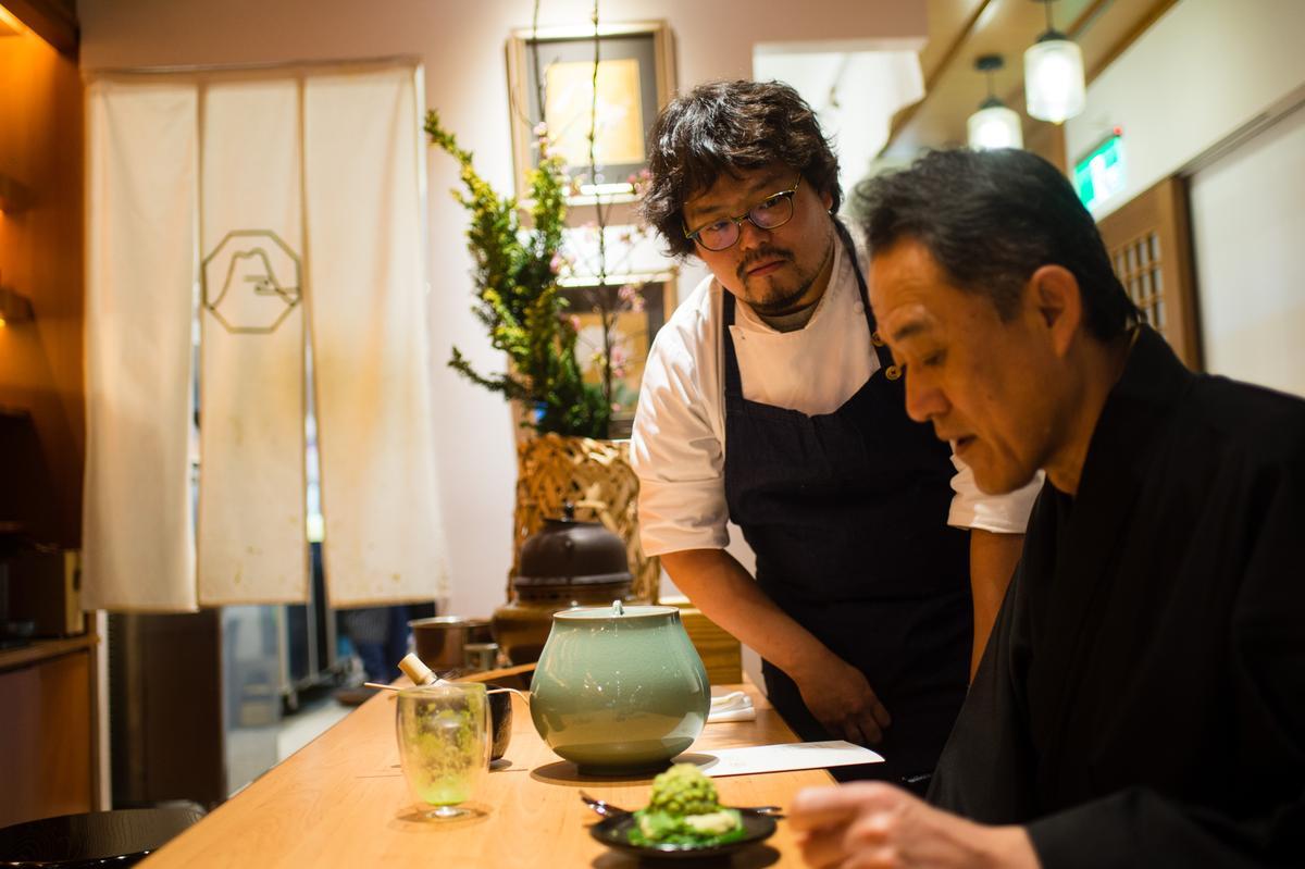 平塚牧人為佐佐木虛室講解甜點的創作概念。