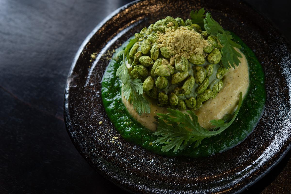 「冒芽(芽吹き)」日本以蓬艾草做成的「蓬餅」作為三月女兒節的和菓子,主廚以蓬艾草、台灣山茼蒿及擂茶結合而成春日山林的印象,微苦又清涼。