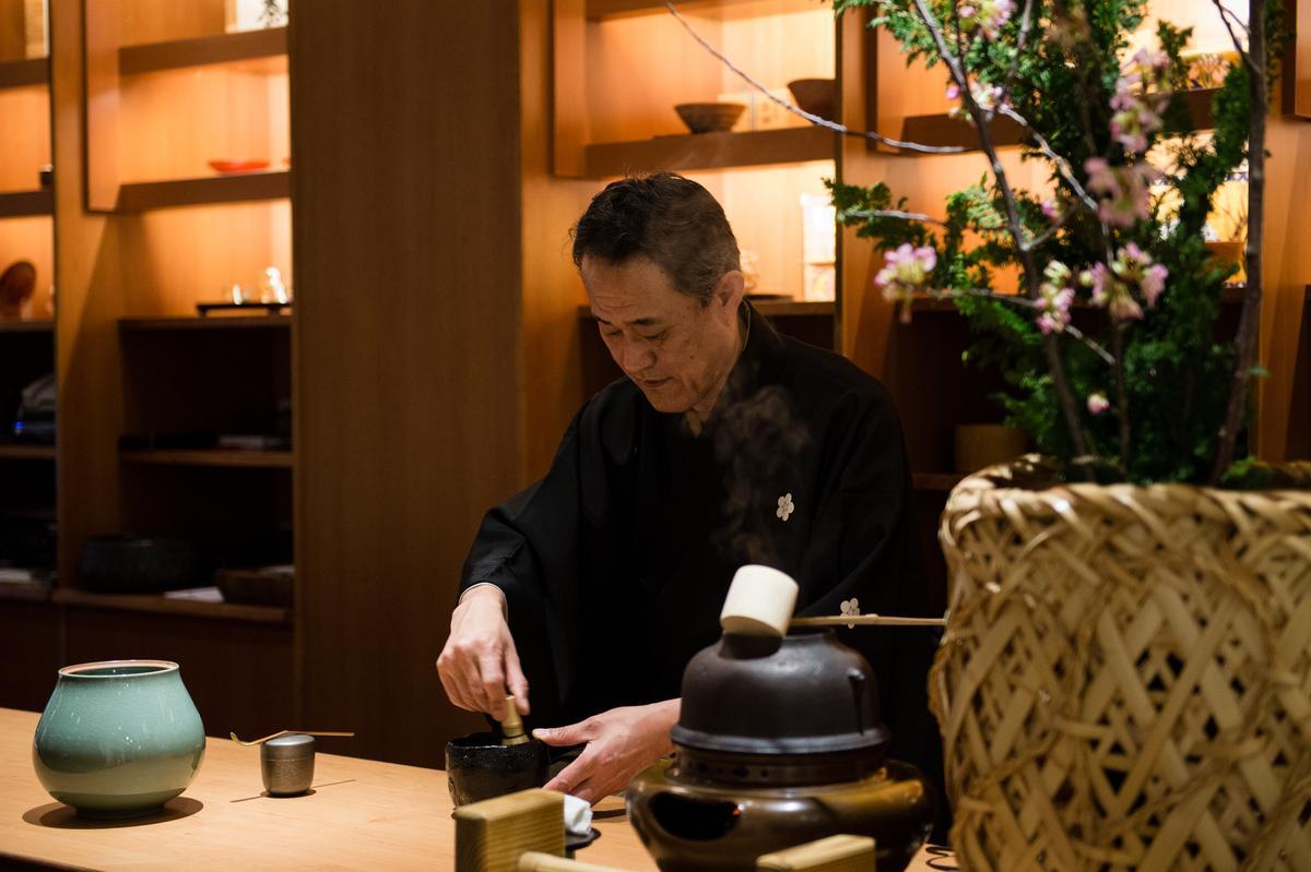 氤氲白煙中,佐佐木先生優雅地製作抹茶。