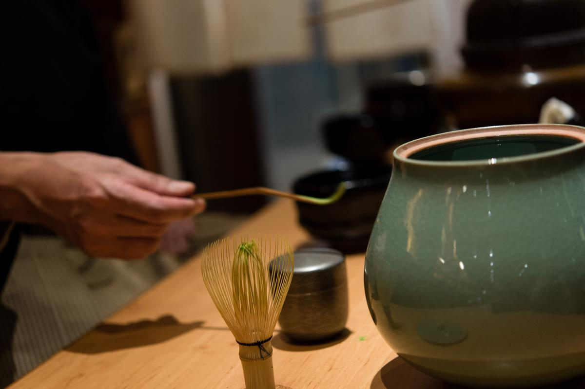 取一瓢茶粉入碗。