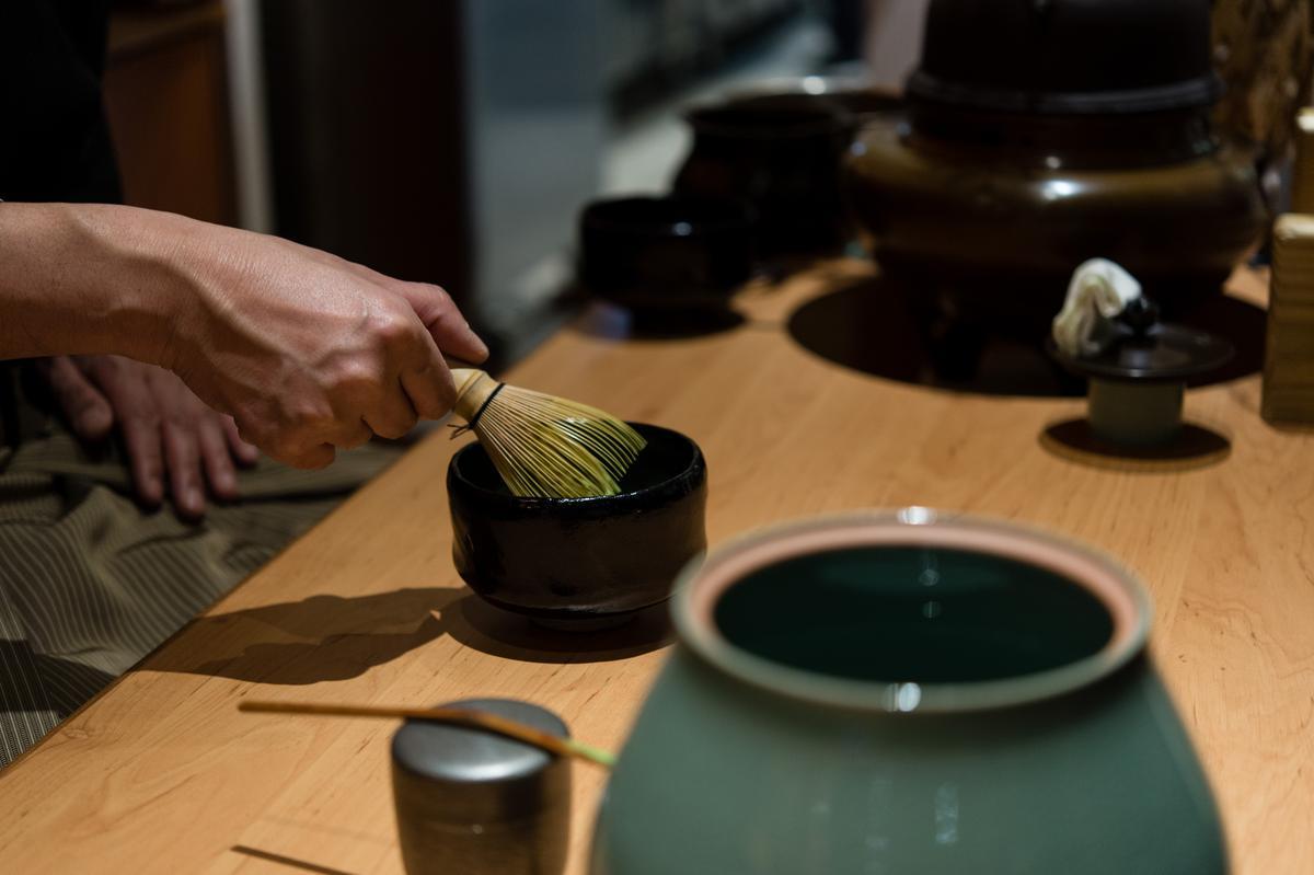 以茶筅(ちゃせん)前後刷動,待茶粉溶解後加快刷動的速度。
