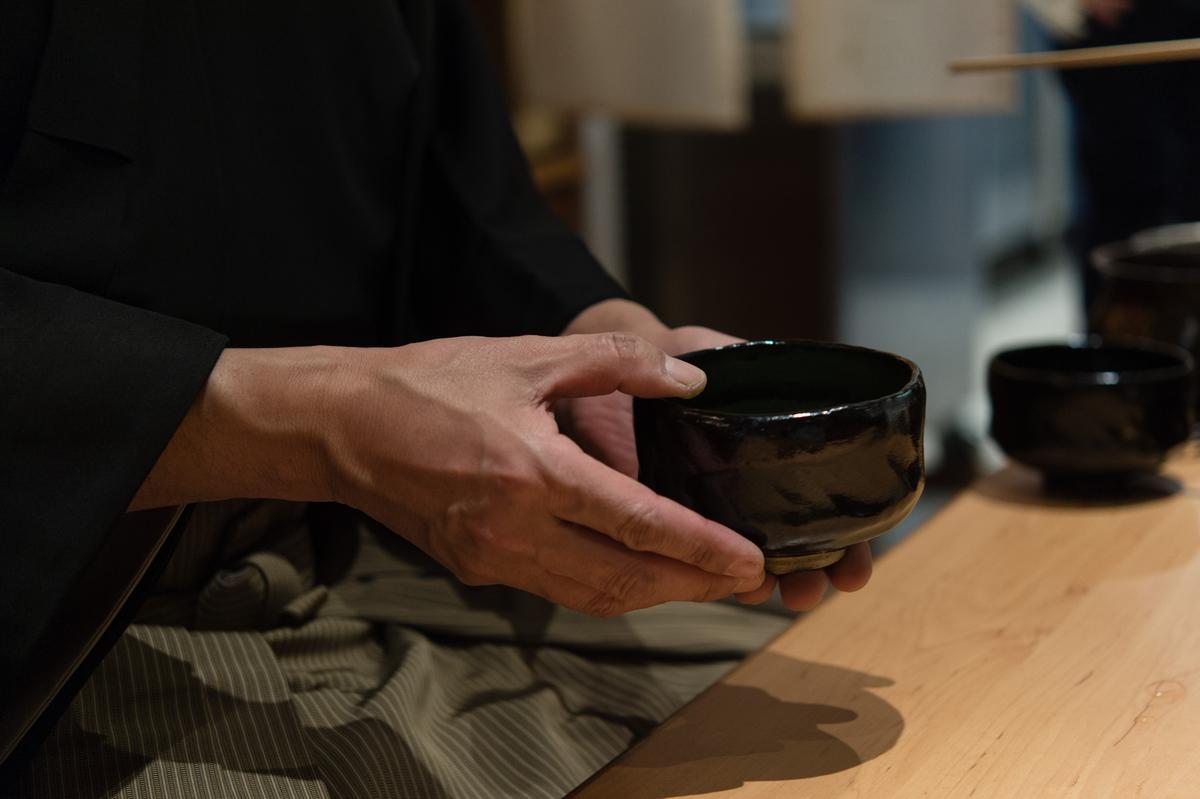 抹茶完成,盛在黑樂茶碗中特別美。