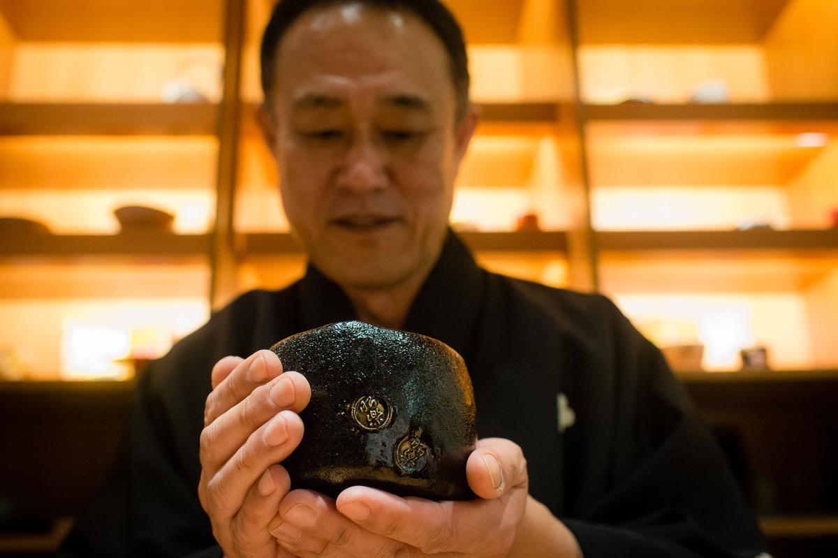 「黑色就是日本之美」佐佐木先生捧著茶碗對我們說。
