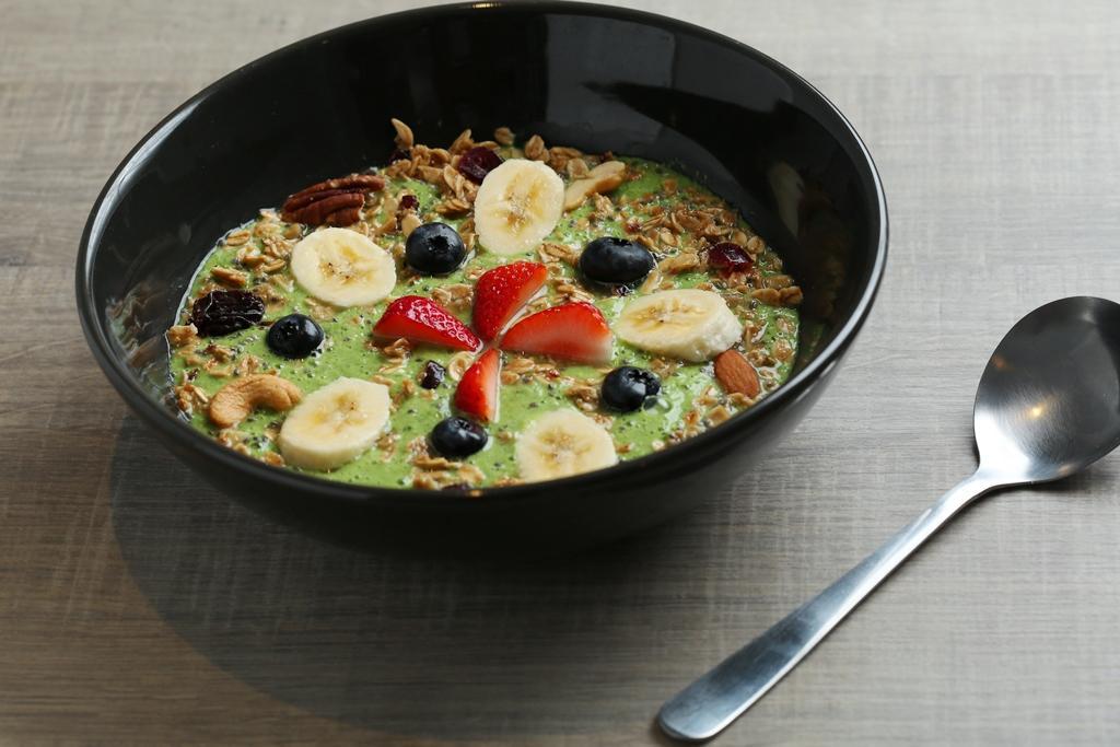 果昔餐「綠色果昔」菠菜、優格、奇亞籽製成,水果的甜綜合了菜味。(180元/碗)