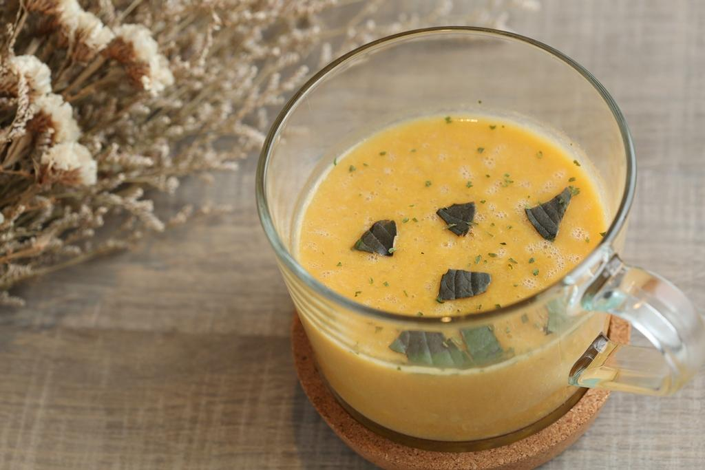 「羅勒玉米濃湯」蔬菜高湯和玉米粒熬煮,小小一碗心意滿滿。(79元/碗)