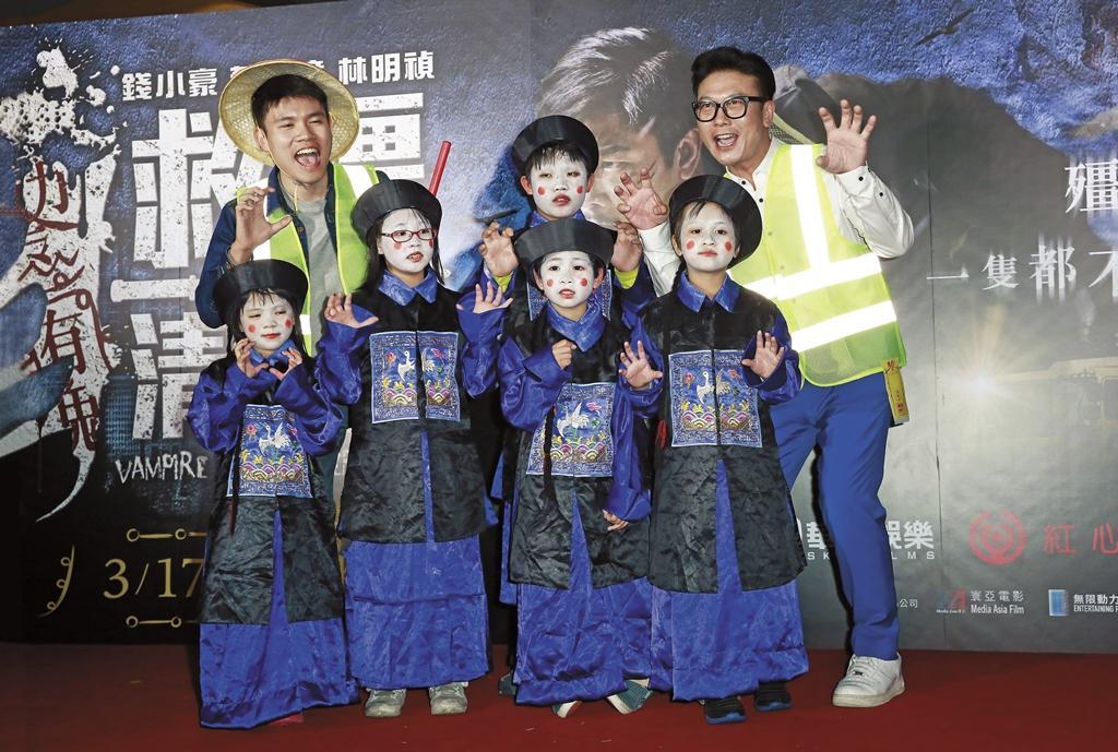 錢小豪(右)日前來台宣傳《救殭清道夫》,五十四歲的他活力依舊,在台上蹦蹦跳跳,只是他還是笑說自己武打愈來愈弱,需要新人接班。