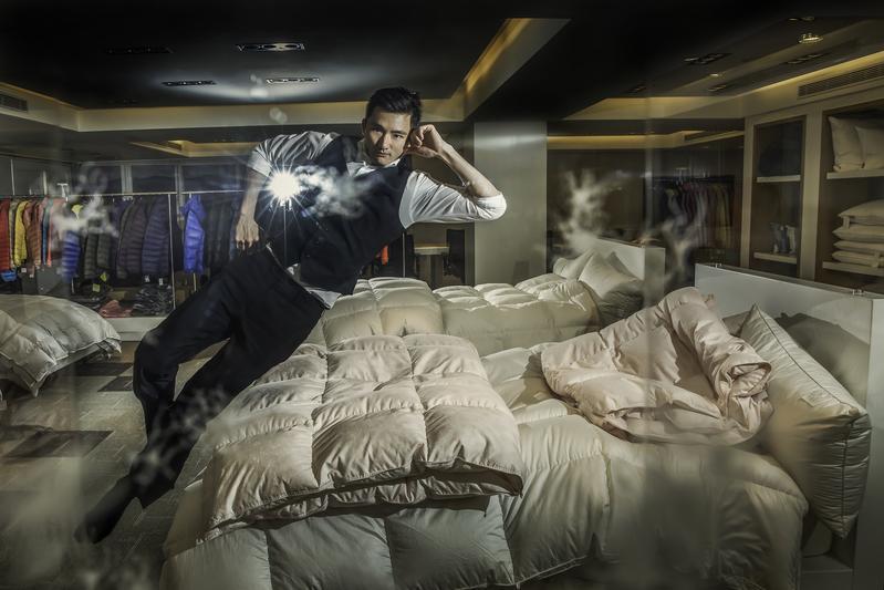 今年36歲的陳彥誠,2年前接掌年營業額50億元的合隆毛廠董事長,在攝影記者要求下,他跳上自創品牌「合隆羽藏」的寢具上。