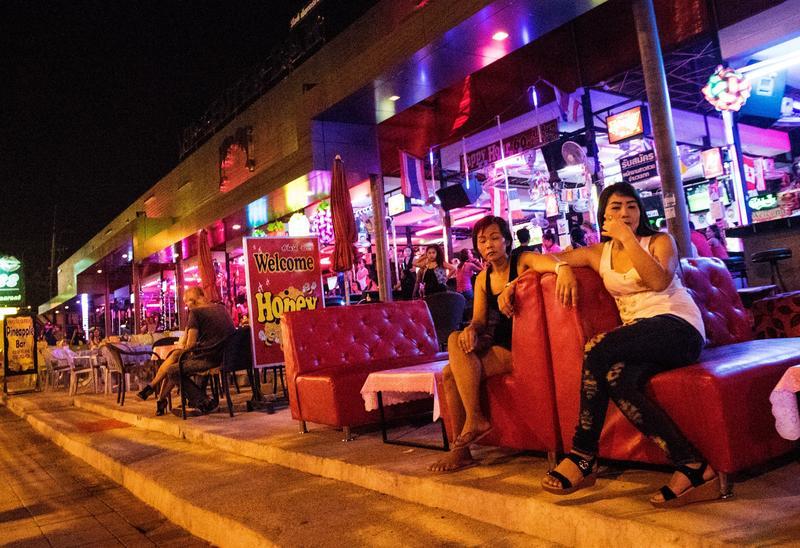 泰國芭達雅一處紅燈區街旁的風塵女郎,來這裡的通常是西方人,都是公開在街邊討價還價。圖取自東方IC
