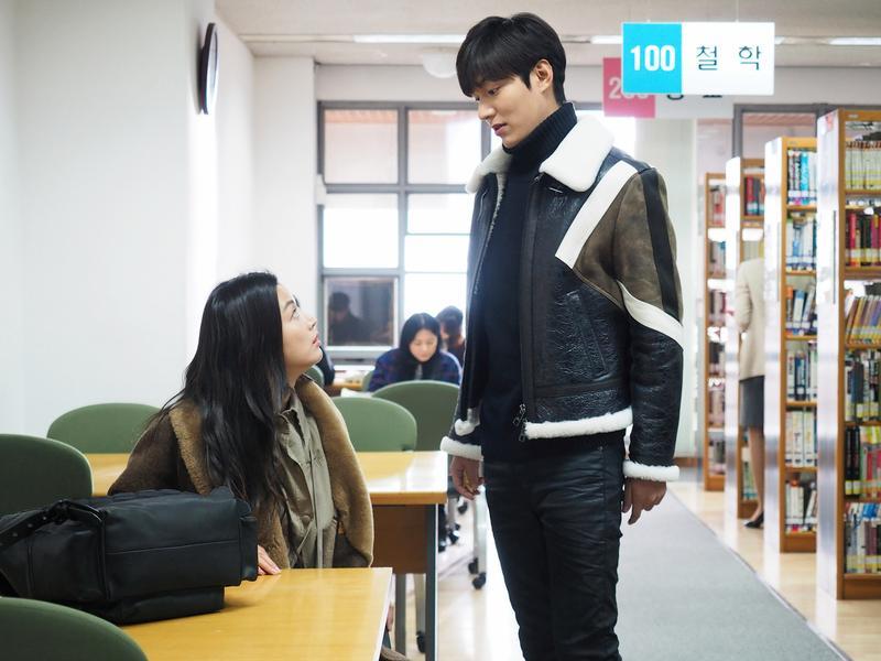全智賢(左)、李敏鎬主演的韓劇《藍色海洋的傳說》,播出期間盜版情況嚴重,讓愛奇藝台灣站抓不勝抓。(SBS電視台提供)