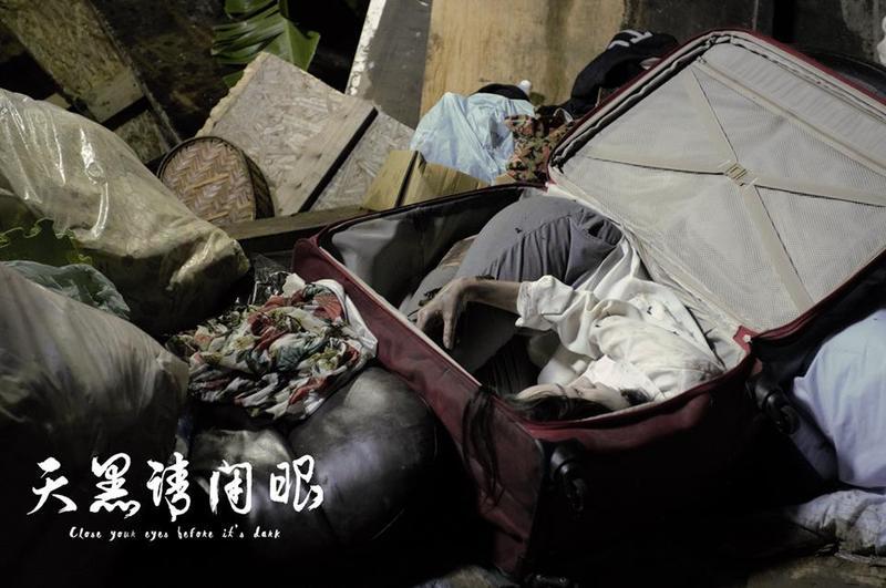 《天黑請閉眼》劇中裝屍體的紅色行李箱,成為宣傳活動的重點象徵符號。(翻攝自天黑請閉眼臉書)