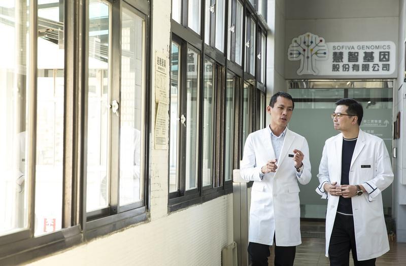 蘇怡寧(右)和慧智基因總經理洪加政(左)師徒關係16年,兩人特質一快一慢,個性互補,默契十足。