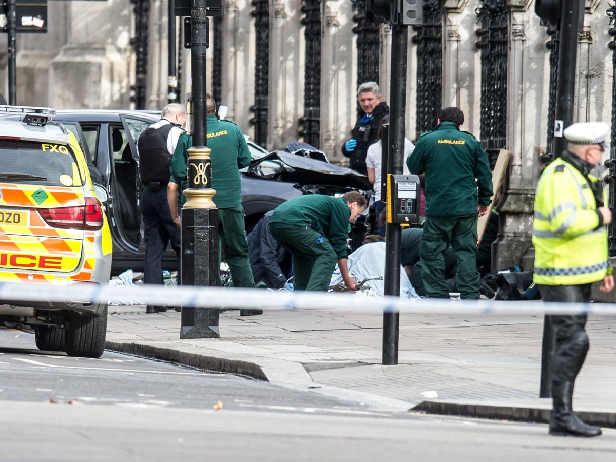 歹徒走下犯案的休旅車後,遭到警方擊斃。(東方IC)