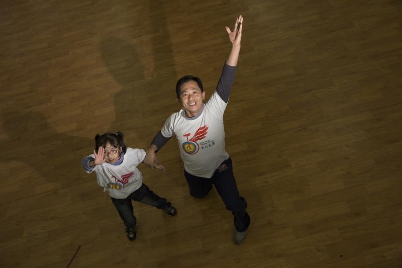 王光華(右)常利用團練時間之餘,帶著子沂(左)做更多的練習,2人要攜手衝破生命的難關。