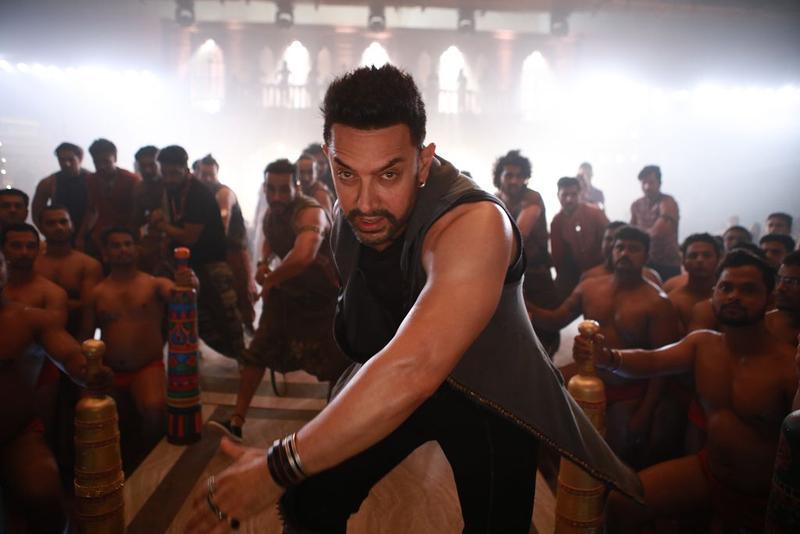 「印度劉德華」阿米爾罕能演能跳能唱,他還拍攝了主題曲MV《Dhaakad》,又唱又跳又rap,盡顯巨星架式。(車庫娛樂提供)
