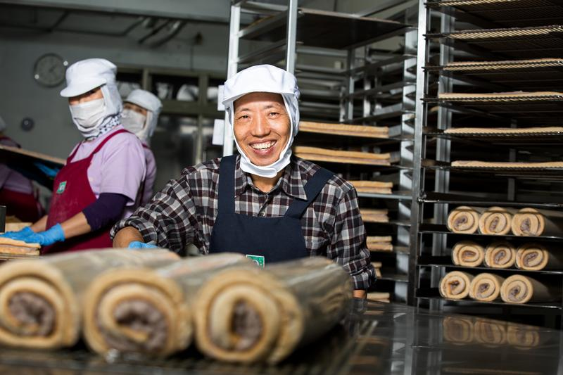 香帥蛋糕創辦人王志德研發芋泥卷,主打新鮮現做與料好實在,成老店招牌商品,單日可賣出8000條。