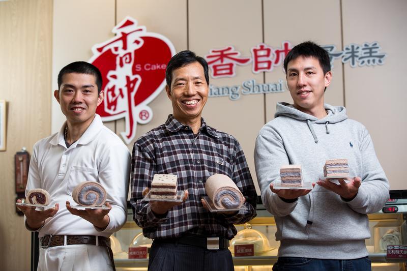 長子王韋文(左)與次子王韋驊(右)均加入團隊,協助父親王志德(中)經營老店。
