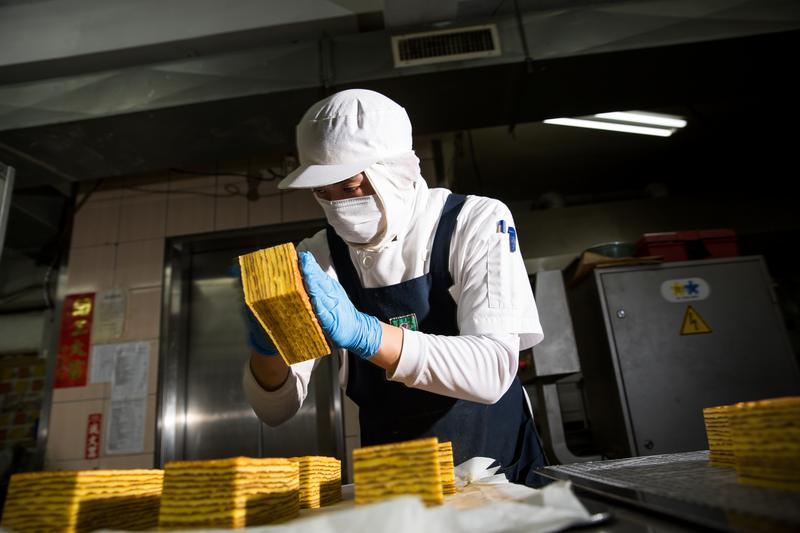 香帥蛋糕第二代王韋文正聚精會神製作純手工德式千層蛋糕。