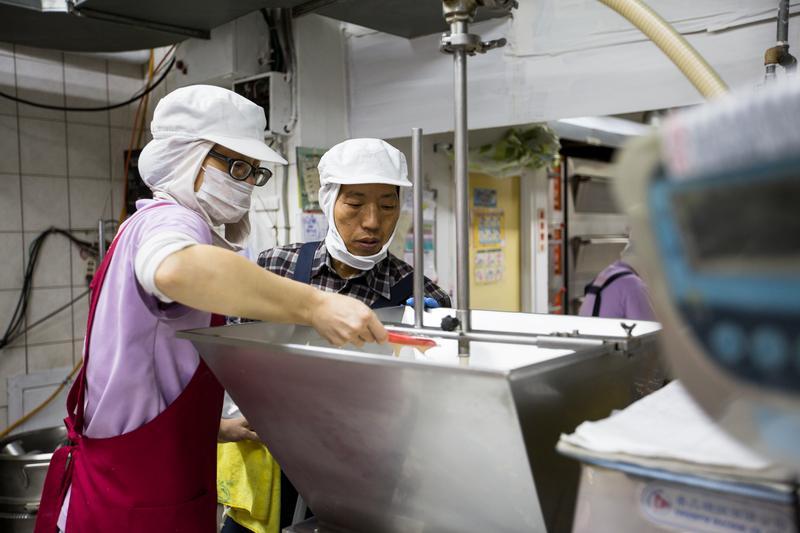 香帥蛋糕創辦人王志德設計不少自動化機台,降低人為接觸汙染食材的機會。