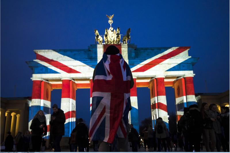 3月23日,柏林布蘭登堡大門點亮英國國旗顏色,表達對倫敦的支持。(東方IC)