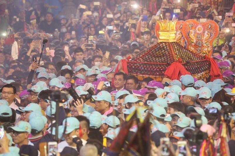 立法院長蘇嘉全和台中市長林佳龍扶轎出發。