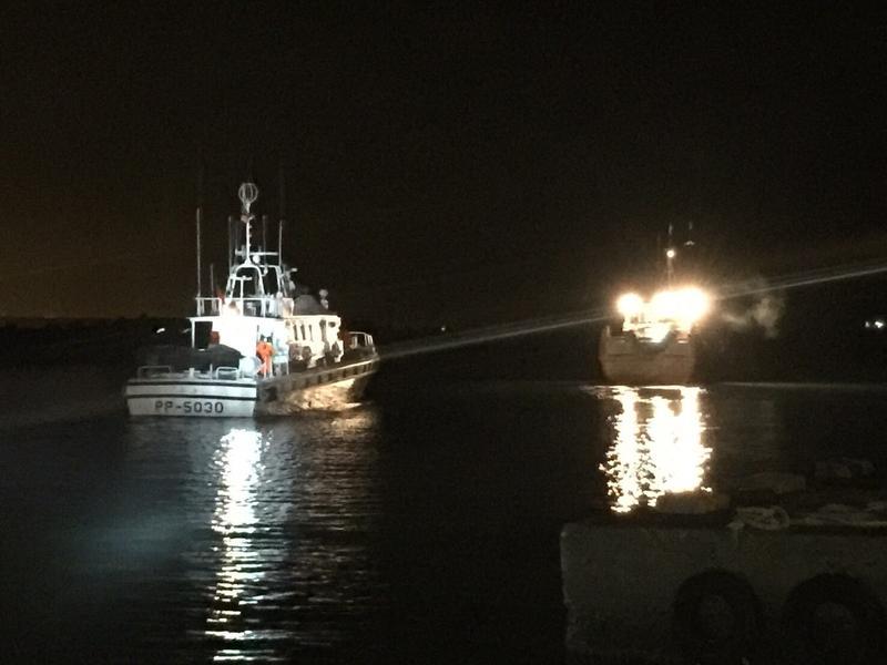 淡水海巡隊攔截中國籍漁船「閩龍漁60295」。