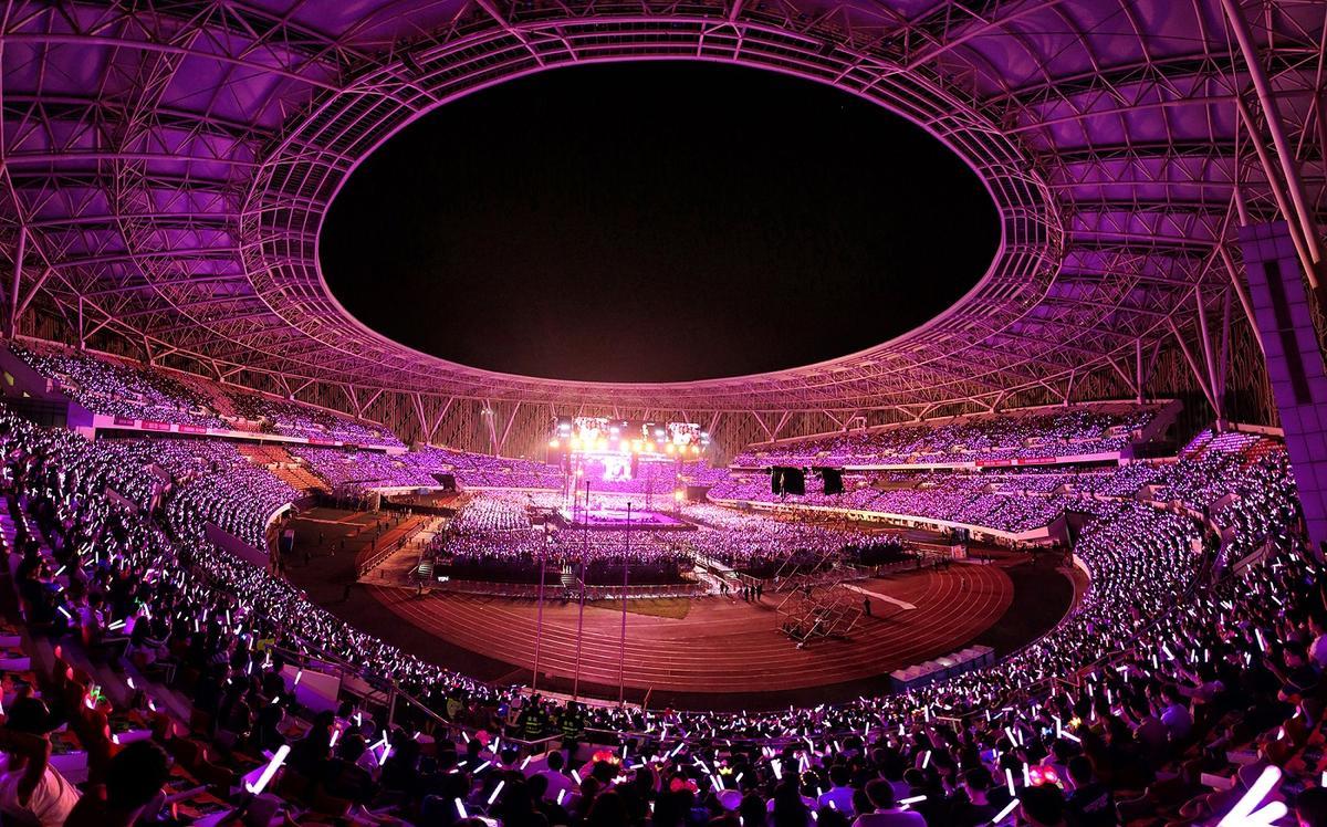 惠州演唱會啟用互動式螢光棒,場面華麗壯觀。