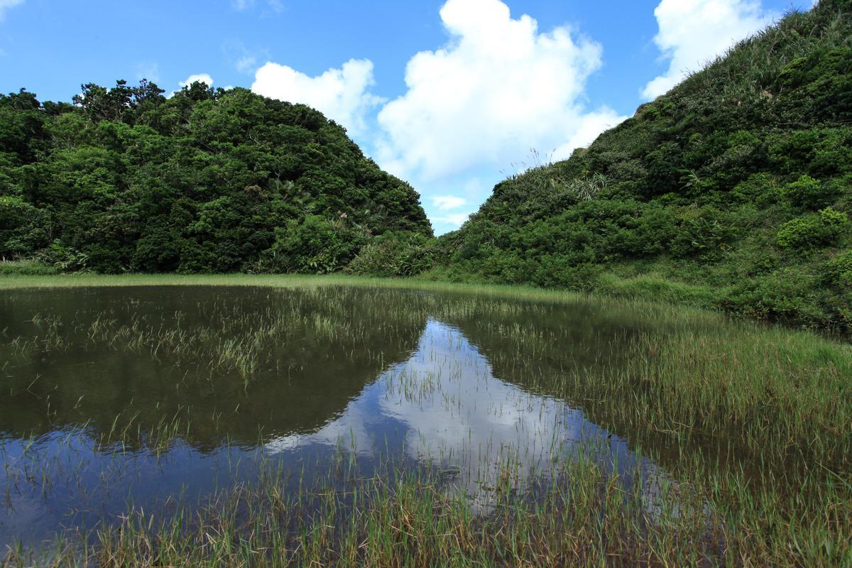 山景倒映在湖水之中。