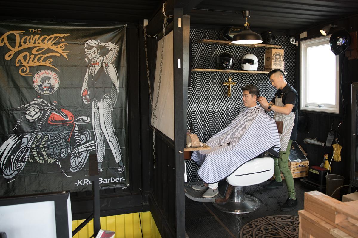 「車酷理髮廳」結合男性油頭和汽車零件,帥酷有型。
