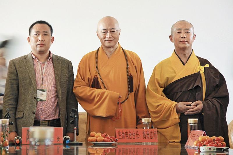 海濤法師(中)宣揚「眾生平等、慈悲相待」,護生理念從台灣紅到中國。(東方IC)