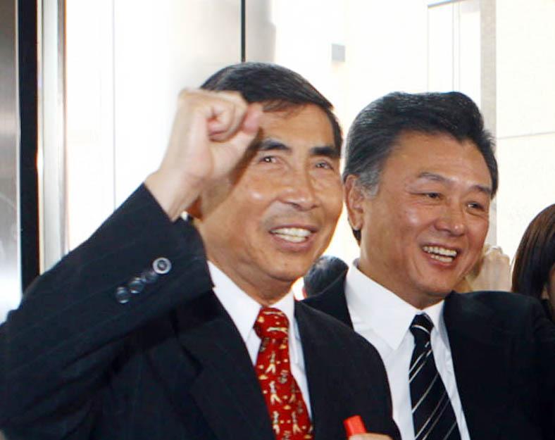 民視1996年由蔡同榮(左)創立,在前總經理陳剛信(右)的帶領下,成為全台最會賺的電視台。圖取自中央社
