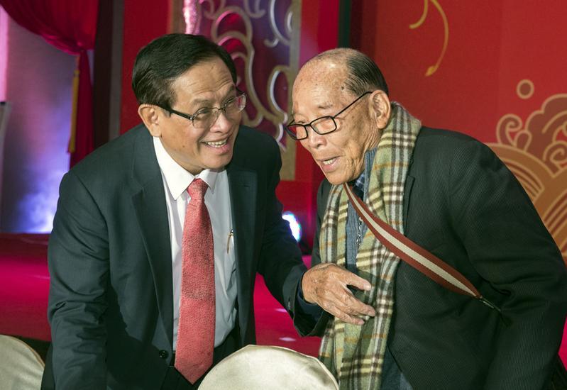 郭倍宏(左)去年在時任董事長田再庭(右)支持下,接下民視董座。