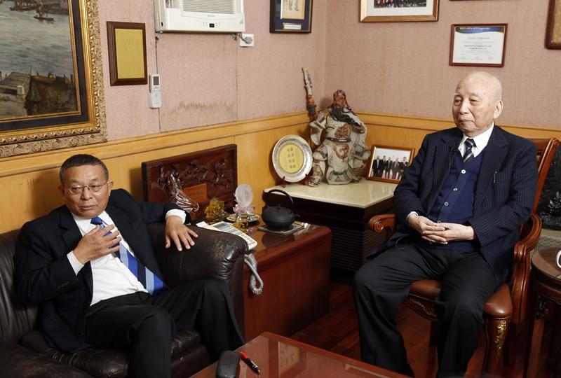 高齡94歲的民視大股東穎川建忠(右)及民視常董陳清福,原本從不介入民視經營,卻首度打破沉默,對現有的經營團隊表達不滿。