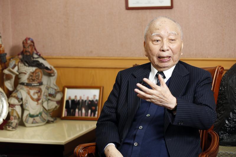 穎川建忠當年為作生意改姓,為提醒自己不忘本,把「穎川」當日本姓氏。