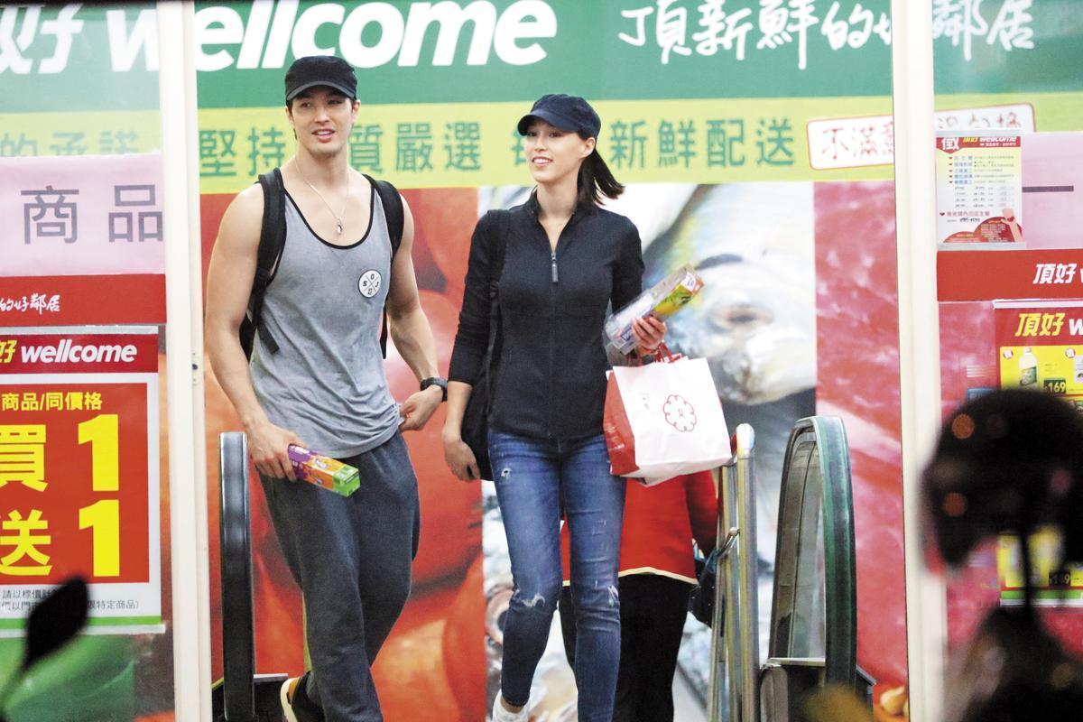 錦榮跟Akemi一起步出超市,頗有老夫老妻的fu。