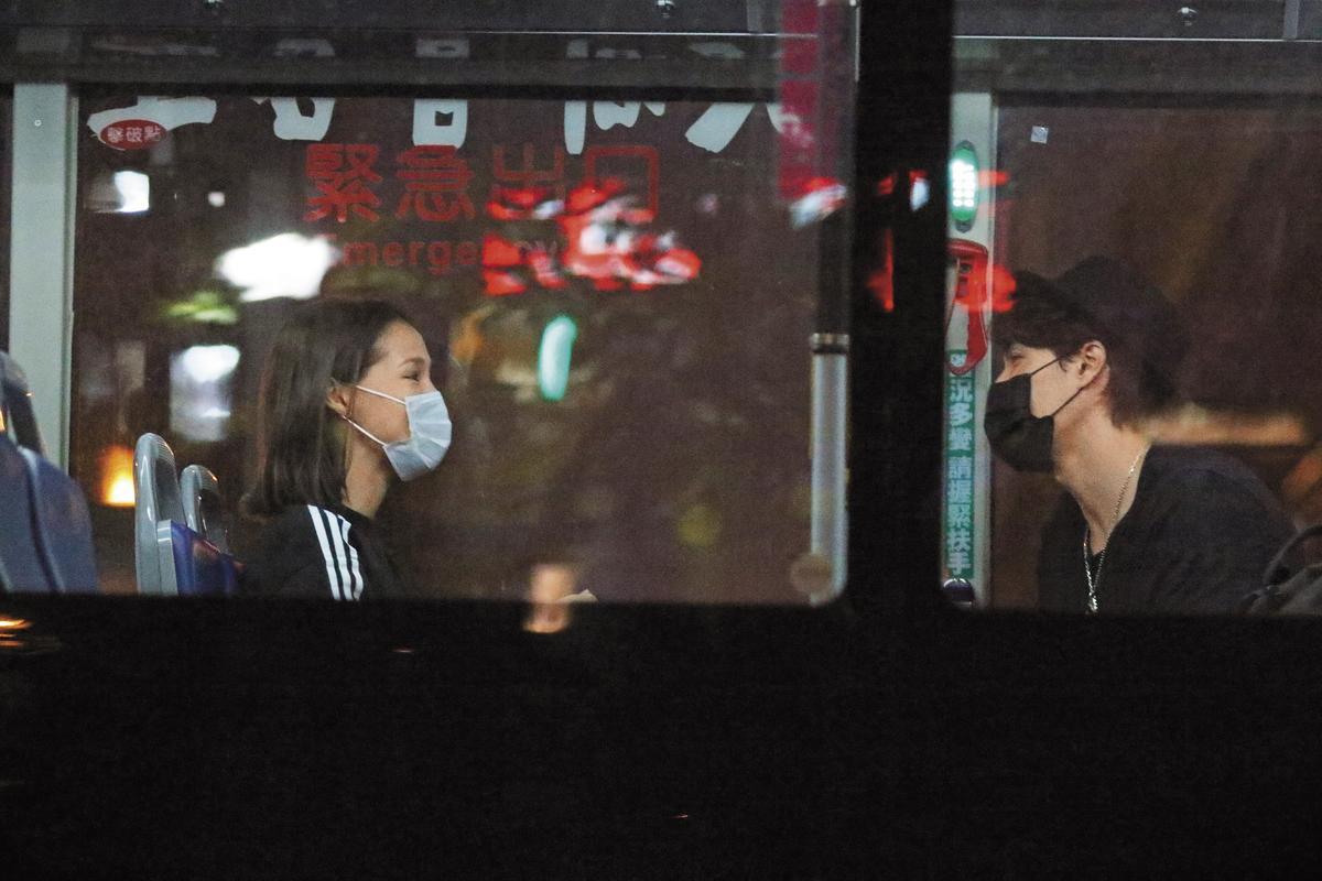 各自回家後,錦榮跟Akemi 竟然二度出門約會,並且不約而同微變裝,根本就是一對口罩鴛鴦,共進晚餐。