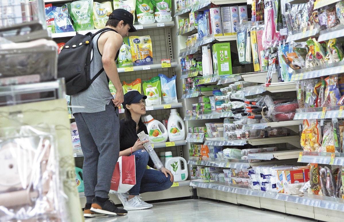 小倆口一起上超市採買,Akemi就蹲在錦榮的胯前,非常浪漫。