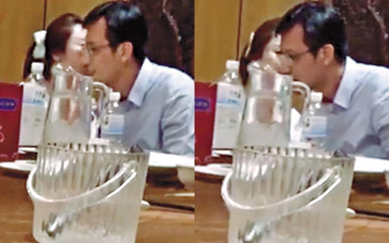 吳志剛(右)與李婉鈺(左)不顧他 人眼光,上演耳鬢廝磨的戲碼。